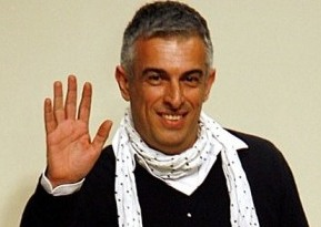 Известный турецкий дизайнер, лауреат 3-х премий Британского модного совета Рифат Озбек (Rifat Ozbek) создает в 2006 году свою первую коллекцию джинсового бренда для Mavi.