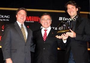 Генеральный директор компании Mavi Ерсин Акарлилар (справа) - победитель в номинации конкурса на лучшего предпринимателя года в Турции.