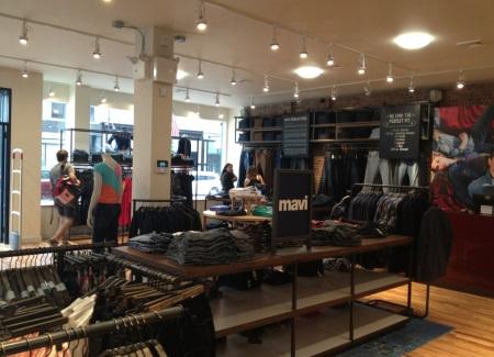 Оформление торгового зала магазина, открытого в 2013 году компанией Mavi в Нью-Йорке на углу 5th Ave в Park Slope.